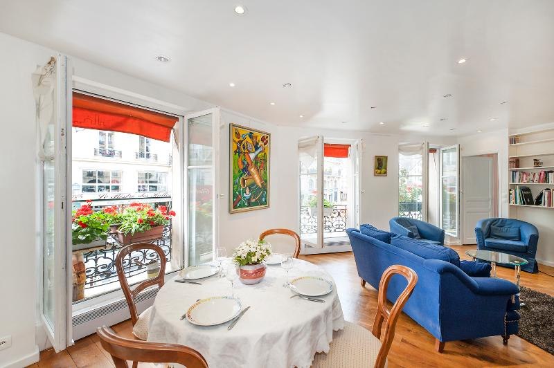 Dining area and living room with view on the rue des Halles - 3BD/2BTH in the center of Paris near the Louvre 1st arrondissement - Paris - rentals