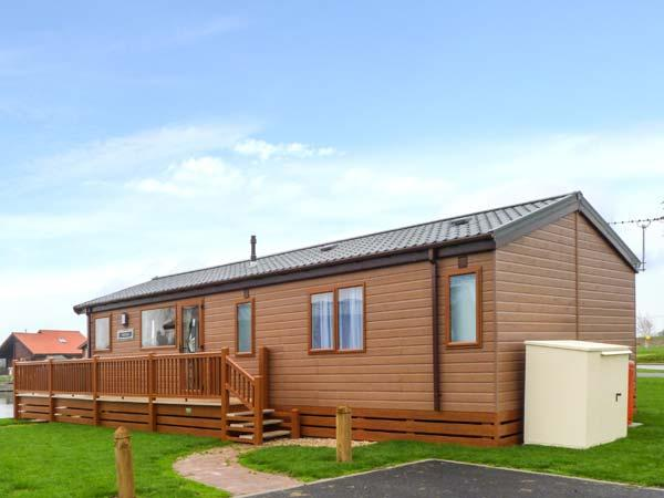 OWL'S NEST, detached, modern log cabin overlooking lake, hot tub, on-site - Image 1 - Tattershall - rentals