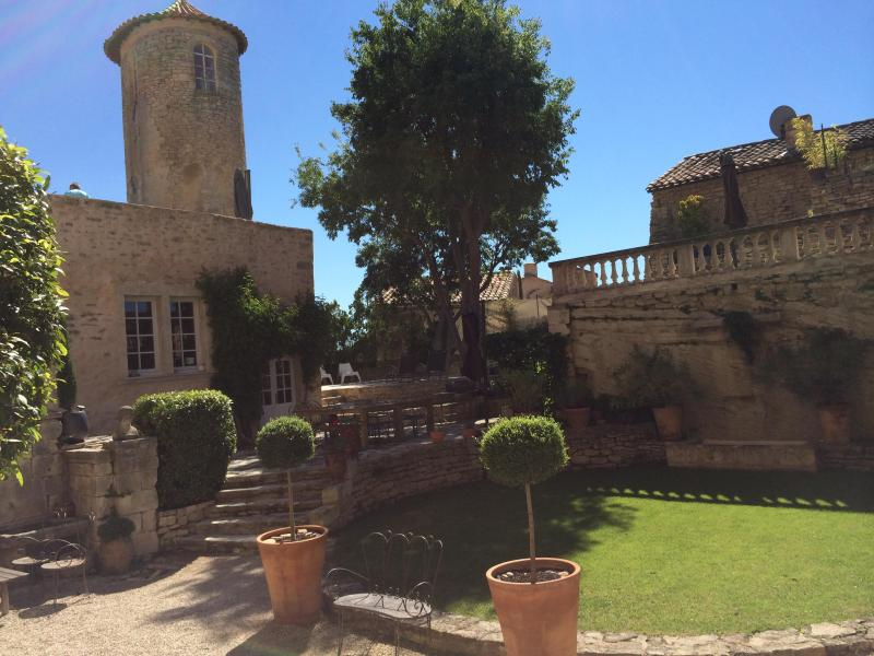 Welcome to the Castle, Bienvenue au Château - Chateau de Goult, Gordes, Rental in Unique Setting with a Pool and Fireplace - Goult - rentals