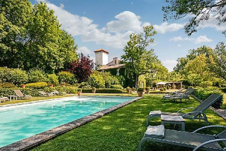 Historic Chateau d'Avignon boasts Lavish Interiors & Lush Grounds with Pool Only 5 min to Town - Image 1 - Avignon - rentals