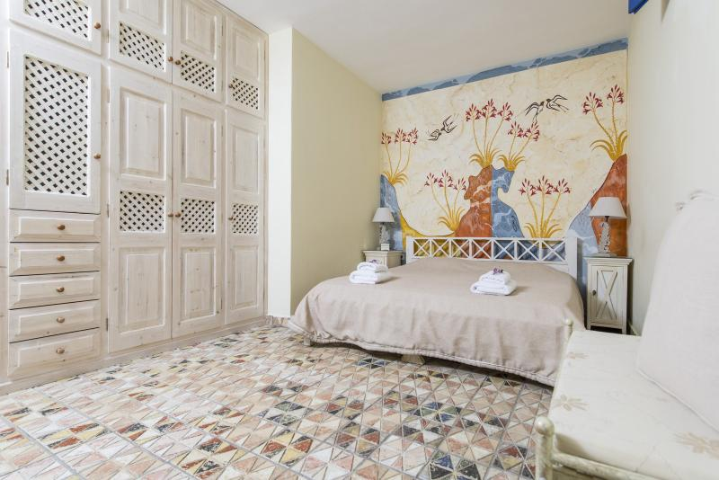 """Shallow bedroom (lower level)- King size bed (180X200). - """"OIA SUNSET VILLAS"""" villaTURQUOISE Spa & Pool - Oia - rentals"""