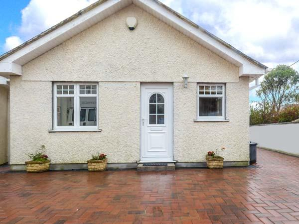 LITTLE PETROC, ground floor, detached cottage just one mile from Par Sands, king-size double bed, courtyard with furniture, in Tywardreath, Ref 918008 - Image 1 - Tywardreath - rentals