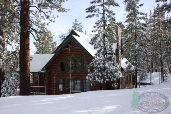 Side view of the home after a snow storm - Summit Cabin Lodge a beautiful custom Vacation Cabin in Big Bear centrally located near both of Bear Mountain Ski Resorts. - Big Bear Lake - rentals