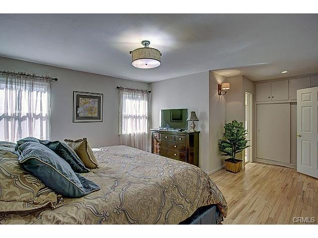 Very large master bedroom with two closets, new 8 drawer dresser with new 40 inch TV. Hardwood  - $95 on  Jan 4-16! FREE Disneyland Parking! 14 BEDS! 3 MINUTES to Disneyland! - Anaheim - rentals