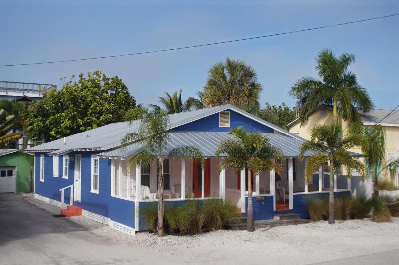 2-Unit Beach to Bay Cottage @ 104 7th St. S. Bradenton Beach - 2-Unit Beach to Bay Cottage...NOT Grandma's place!...100 feet to beach! - Bradenton Beach - rentals