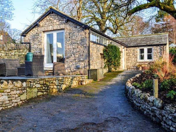 THE POTTING SHED, all ground floor, romantic retreat, patio with furniture, good touring base, in Burton-in-Kendal, Ref 916603 - Image 1 - Burton-in-kendal - rentals