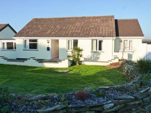 POET'S RETREAT, pet-friendly wheelchair-accessible cottage with sea views, WiFi, garden, near Crackington Haven Ref 29634 - Image 1 - Crackington Haven - rentals