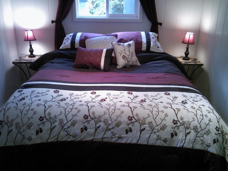 Kilauea Garden Cottage bedroom with comfortable Queen size bed - Volcano Garden Cottage - Budget Rental for 2 - Volcano - rentals