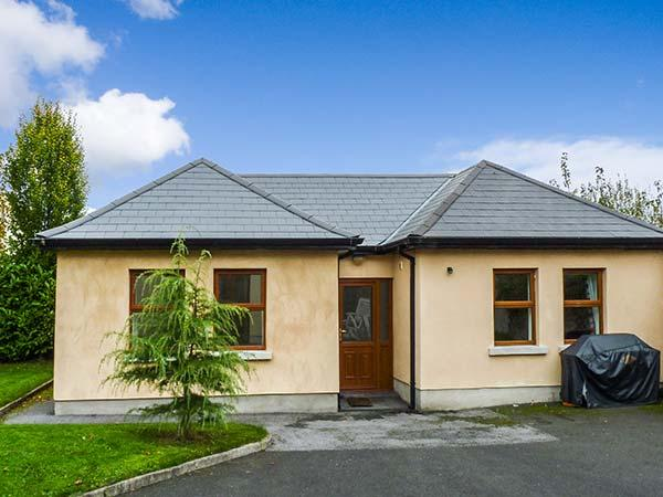 5 KILNAMANAGH MANOR, pet-friendly cottage with WiFi, ground floor accommodation, near pub, in Dundrum, Ref. 905704 - Image 1 - Dundrum - rentals