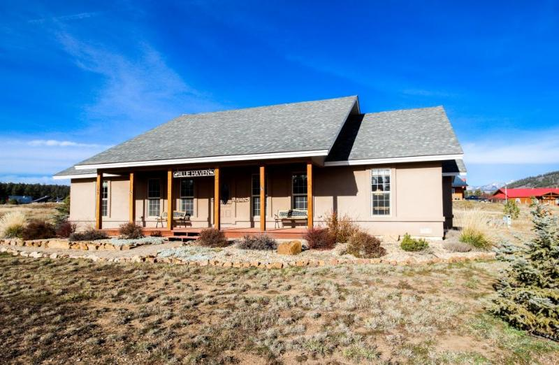 Luxury dog-friendly getaway with amazing views, jetted tub & fire pit! - Image 1 - Pagosa Springs - rentals