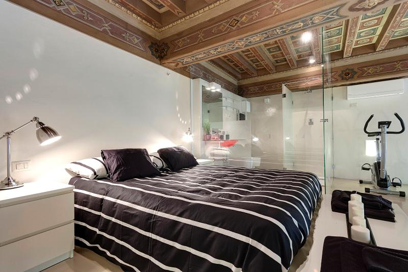 the bedroom and the crystal bathrom - Crystal Suite, wonderful apartment - Florence - rentals