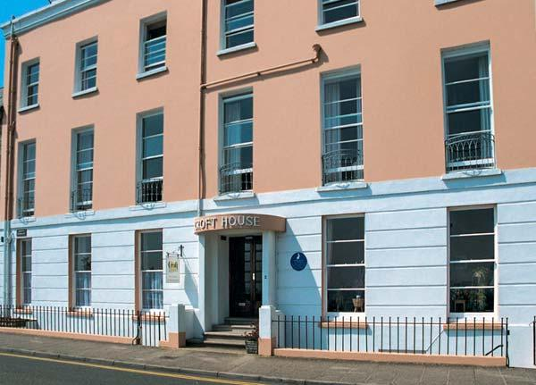 10 CROFT HOUSE, second floor apartment, WiFi, shared garden with direct access - Image 1 - Tenby - rentals