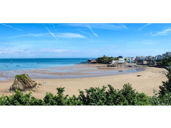 9 CROFT HOUSE, second floor apartment overlooking the beach, WiFi, shared garden with furniture across road, in Tenby, Ref 917887 - Image 1 - Tenby - rentals