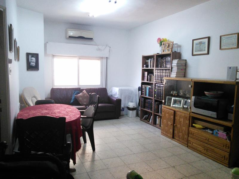 Living room with dining table - SHAAREI CHESED, Diskin, Weekend and Holiday rental - Jerusalem - rentals