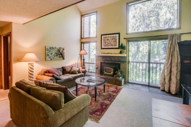 Cozy condo w/ pool & hot tub near both golf & ski resorts! - Image 1 - Sun Valley - rentals