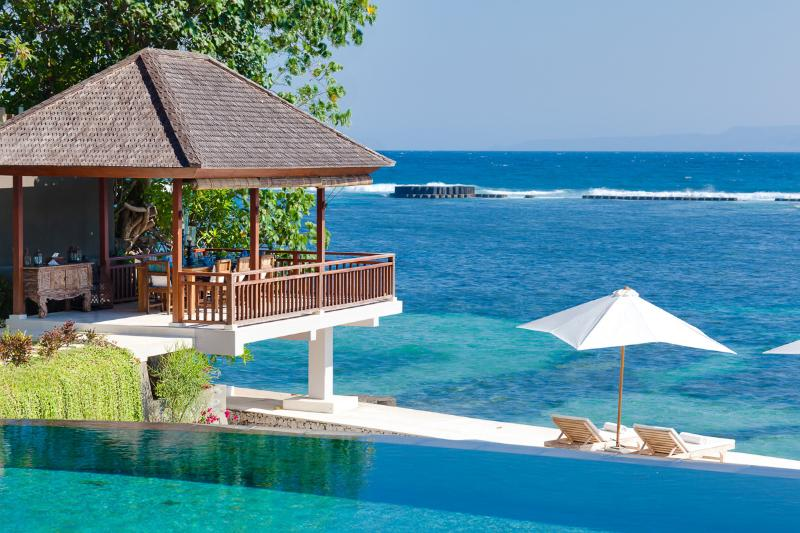 Outdoor dining and ocean deck - Luxury beach house Tirta Nila. - Candidasa - rentals