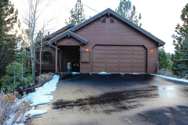 Charming chalet w/ shared hot tub, pool & more - easy ski and beach access! - Image 1 - Truckee - rentals