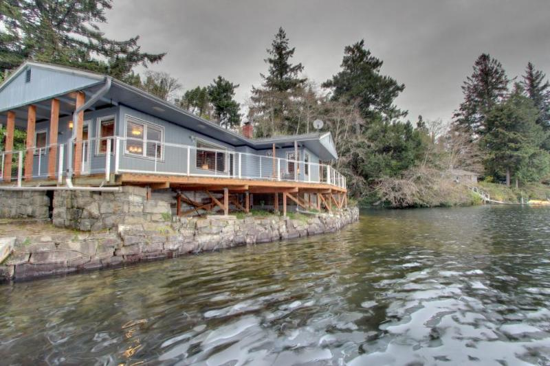 Lakefront, dog-friendly home with private dock and deck! - Image 1 - Florence - rentals