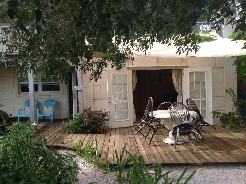 pretty outside garden area with Grill, Hammock and eating area - Olde Beach House 2 double ensuites close to beach - Providenciales - rentals