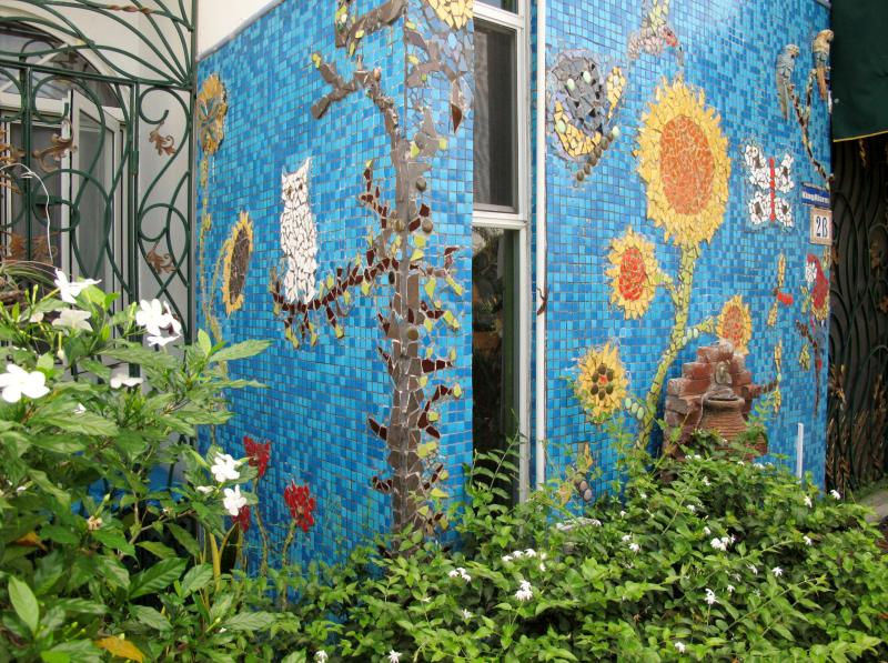 Enjoy the beautiful mosaic wall well in the front garden - Parkland South Near Waterloo Road Kingston 10 - Kingston - rentals