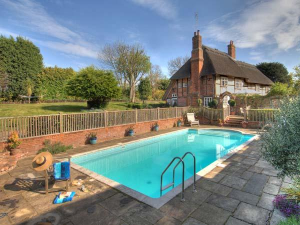MANOR FARMHOUSE thatched cottage with swimming pool, sauna, snooker table in Milstead Ref 919243 - Image 1 - Lynsted - rentals