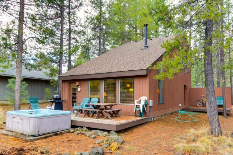 Rustic home w/ private hot tub plus SHARC passes for shared pools - dogs ok! - Image 1 - Sunriver - rentals