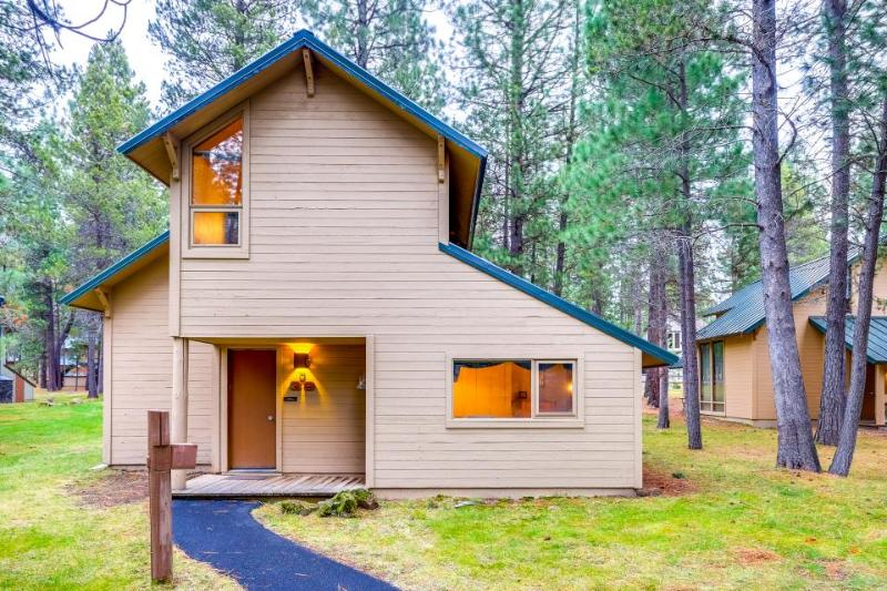 Wood-beamed cabin with shared amenities & SHARC passes! - Image 1 - Sunriver - rentals