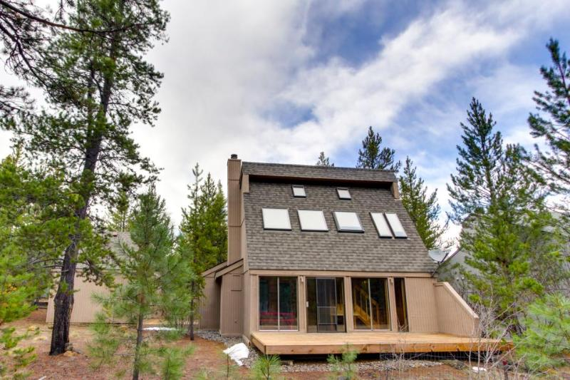 Classy home w/ shared pool & hot tub, SHARC passes, ski nearby! - Image 1 - Sunriver - rentals