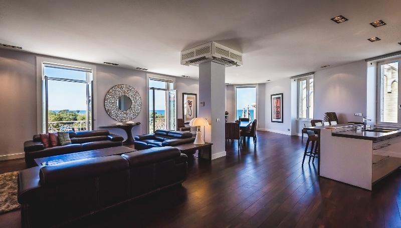 Open plan living area with ocean views - Experience true Luxury in the Heart of Biarritz - Biarritz - rentals