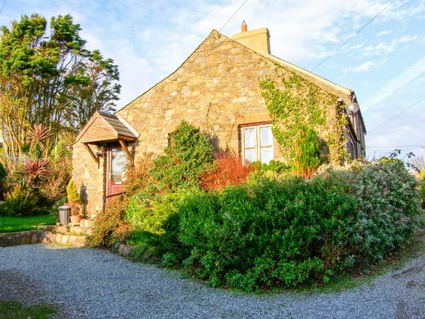 BWTHYN BACH romantic retreat, close to coast, superb views in St Davids, Ref 919226 - Image 1 - Saint Davids - rentals