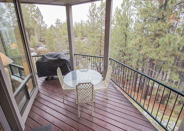 Patio table with seating for 4 and a BBQ - Private Hot Tub on deck in the Woods. Sleeps 4 ( 6 with adjoining room). - Bend - rentals