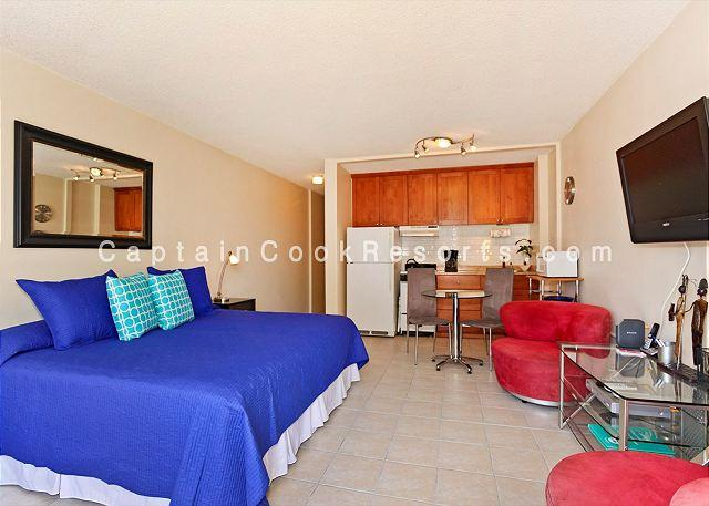 A/C king bed can be made into twins - Studio with AC, WiFi, roof-top pool, Jacuzzi, parking. Close to beach. - Honolulu - rentals