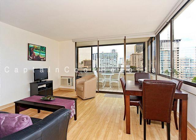 A/C corner unit with wood laminate floors - One bedroom vacation rental, washer/dryer, WiFi, pool & parking! - Waikiki - rentals