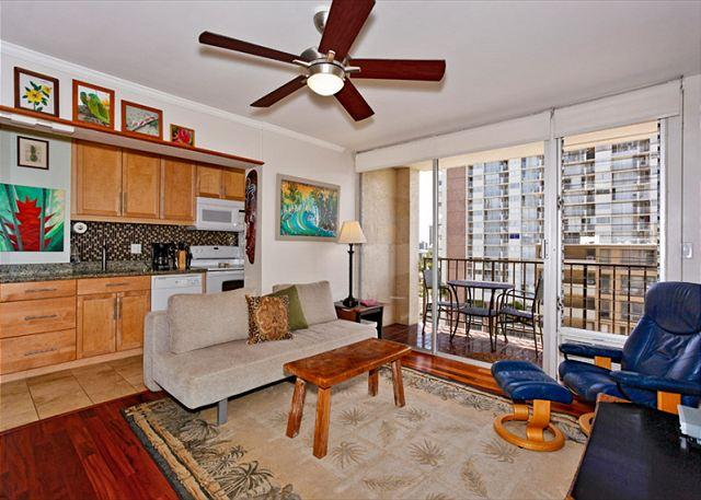 A/C and fan with beautiful wooden floors - Great views, deluxe one-bedroom, AC, washer/dryer, washlet, WiFi, parking. - Waikiki - rentals