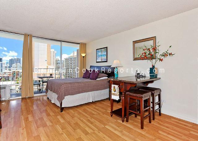 Heart of Waikiki studio with kitchenette, AC, FREE parking and WiFi! Sleeps 2 - Image 1 - Waikiki - rentals