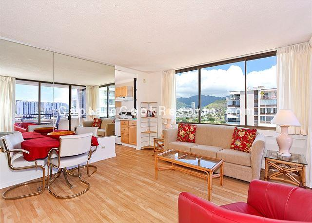 A/C corner unit with wood laminate floors and dining for 3 - One bedroom vacation rental, washer/dryer, WiFi, pool & parking! - Waikiki - rentals