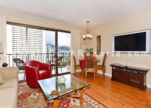 Wood laminate floors well equipped Central A/C - FOUR PADDLE Mountain view with full kitchen, AC, washer/dryer, WiFi, parking. - Waikiki - rentals