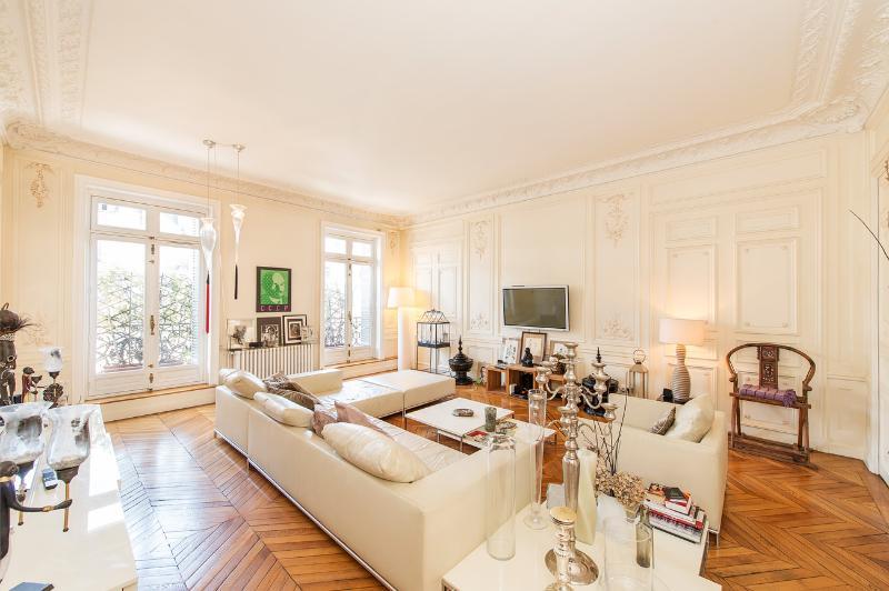 Great 4 Bedroom Apartment in Paris - Image 1 - Paris - rentals