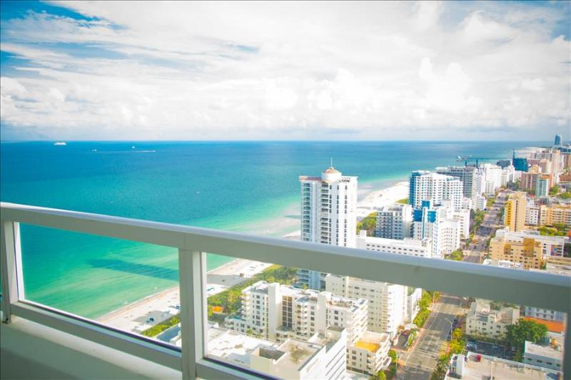 1511201RN Fontainebleau Tresor Junior Suite - Image 1 - Miami Beach - rentals