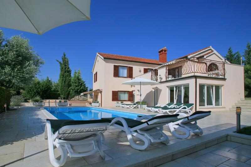 Large 5 bedrooms villa Rosita with private pool a few minutes from Rovinj - Image 1 - Rovinjsko Selo - rentals