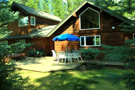 Nice backyard with table and umbrella - PINE HAVEN- Custom vacation home nestled in the pines, just minutes to trail system or Sisters, Air conditioning, sleeps up to 7. - Sisters - rentals