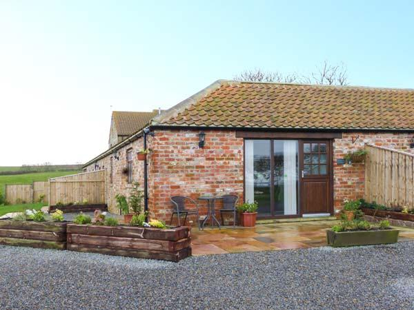FREEBOROUGH, single-storey, red brick barn conversion, en-suite, romantic retreat, near Moorsholm and Saltburn-by-the-Sea, Ref 919673 - Image 1 - Liverton - rentals