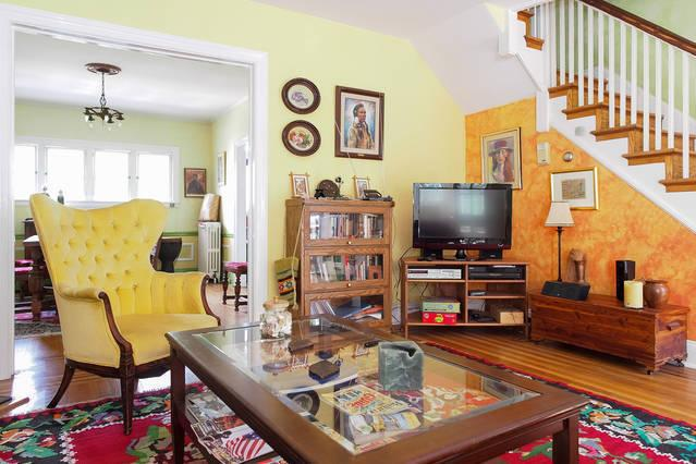 Living room with vintage rugs and furniture - Spacious 3bdrm in quiet neighborhood near JHU - Baltimore - rentals