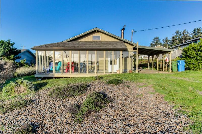 Walk to beach from pet-friendly log home w/ hot tub! - Image 1 - Waldport - rentals