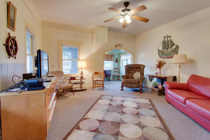 Charming cottage w/central location, mountain views & beach access across street - Image 1 - Rockaway Beach - rentals