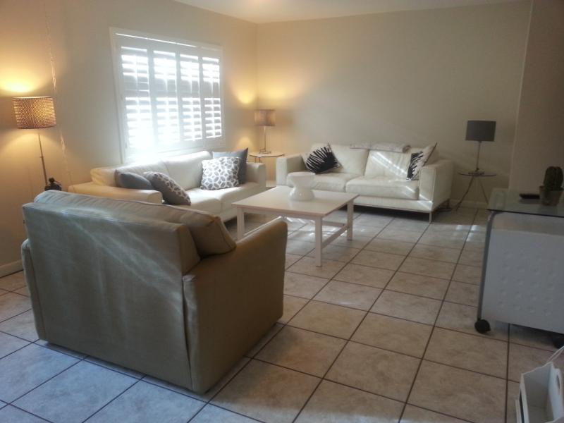 Large open living with leather couches - Beach townhouse 3 bedrooms in Cocoa Beach - Cocoa Beach - rentals