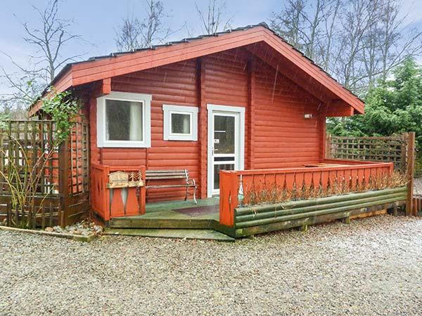 SPRUCE LODGE, detached log cabin, single-storey, pet-friendly, walks and cycle routes in the area, in Strathpeffer, Ref 30494 - Image 1 - Strathpeffer - rentals