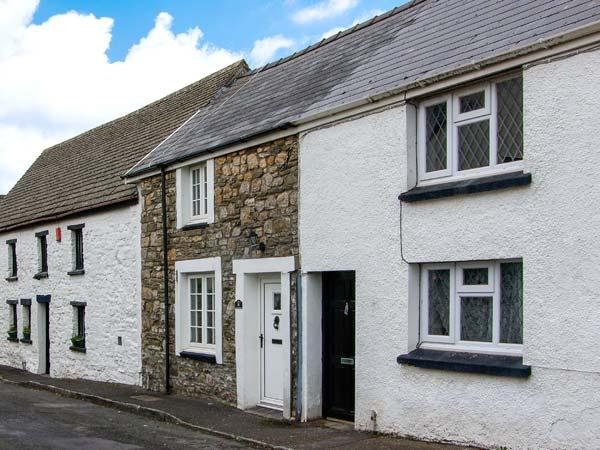 CASTLE COTTAGE, cosy terraced cottage, enclosed covered courtyard, ideal for couples and small families, in Kidwelly, Ref 919036 - Image 1 - Kidwelly - rentals