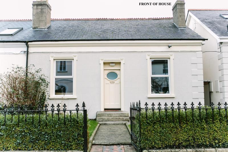 Front of house - Cosy Town House 15 Minutes Bus Ride To The City/ - Dublin - rentals