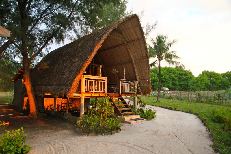 Deluxe Bungalow at sunset - Beachfront, Deluxe Sunset Bungalow - Gili Trawangan - rentals